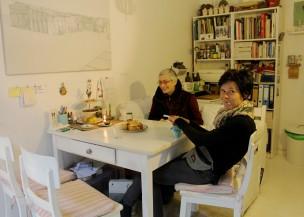 Lange Nacht der Illustration 2016, Berlin. Atelierhaus im Hinterhof. Atelier/Küche von Sandra Schmidt. Saga Burger und Maren Schmitz