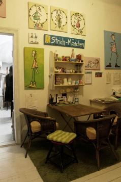 """Lange Nacht der Illustration 2016, Berlin. Atelierhaus im Hinterhof. Workshop Atelier Sandra Schmidt,/Küche mit """"Strich-Mädchen von Sandra Schmidt"""