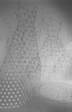 Cage Dresses / Käfigkleider (cotton bud dresses/Wattestäbchenkleider. Sandra Schmidt 2013/2014 Foto: Mariella Lo Manto